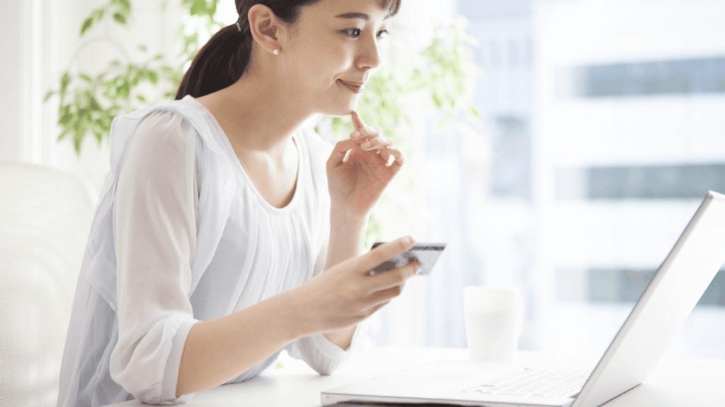 パソコンで情報収集する女性