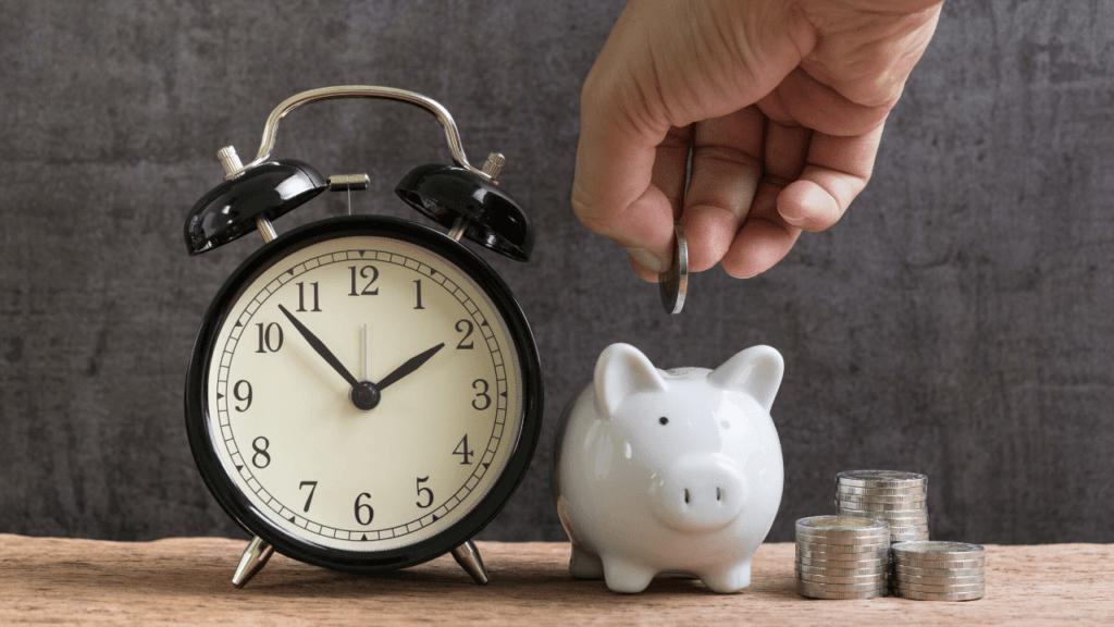 時計と貯金箱の画像