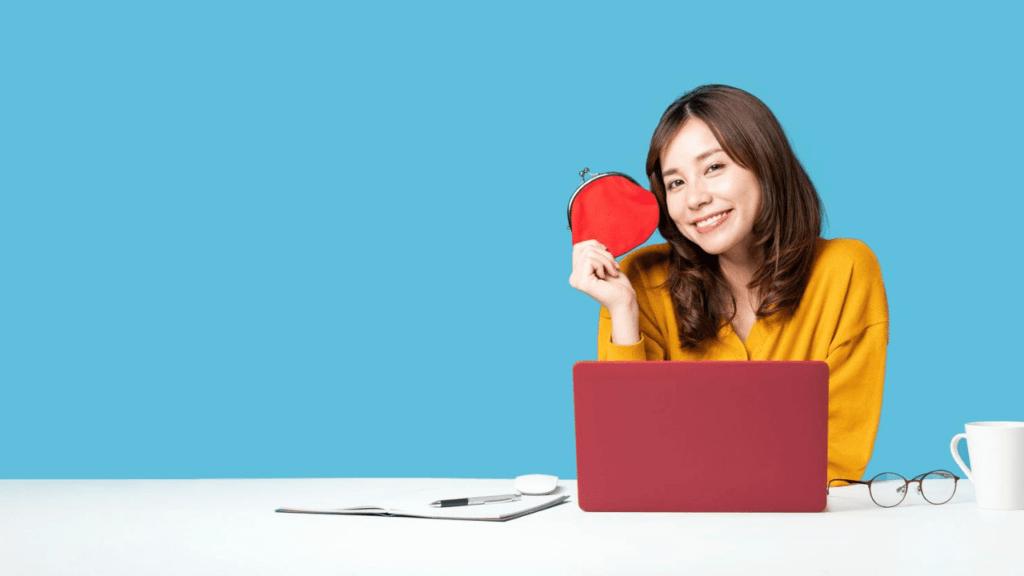 パソコンで家計簿を確認する20代女性