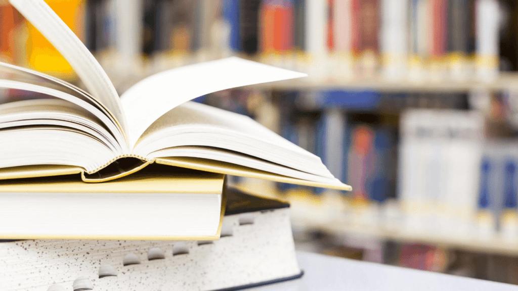 机に積まれた教科書や辞典