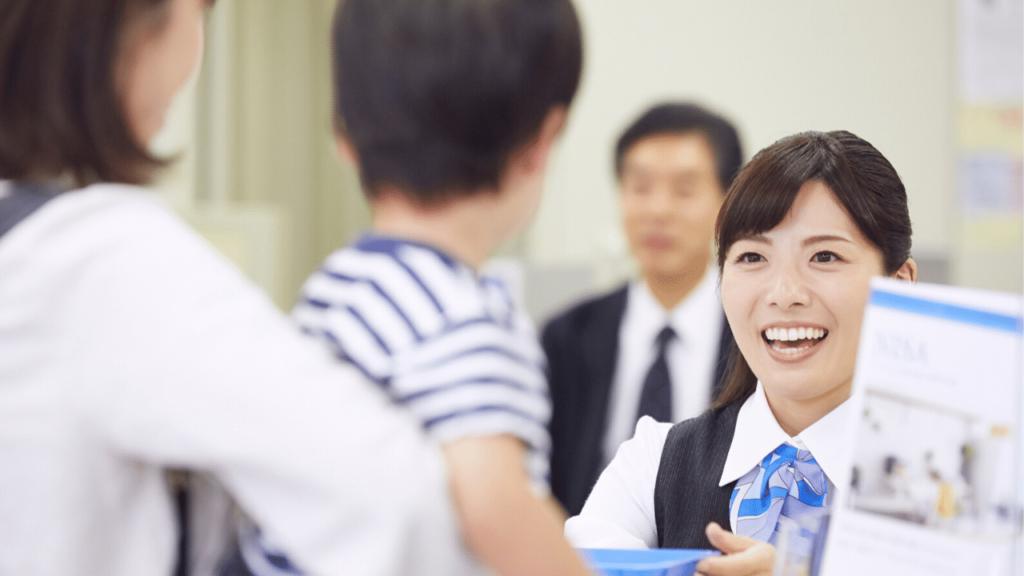 笑顔で対応する銀行の窓口職員