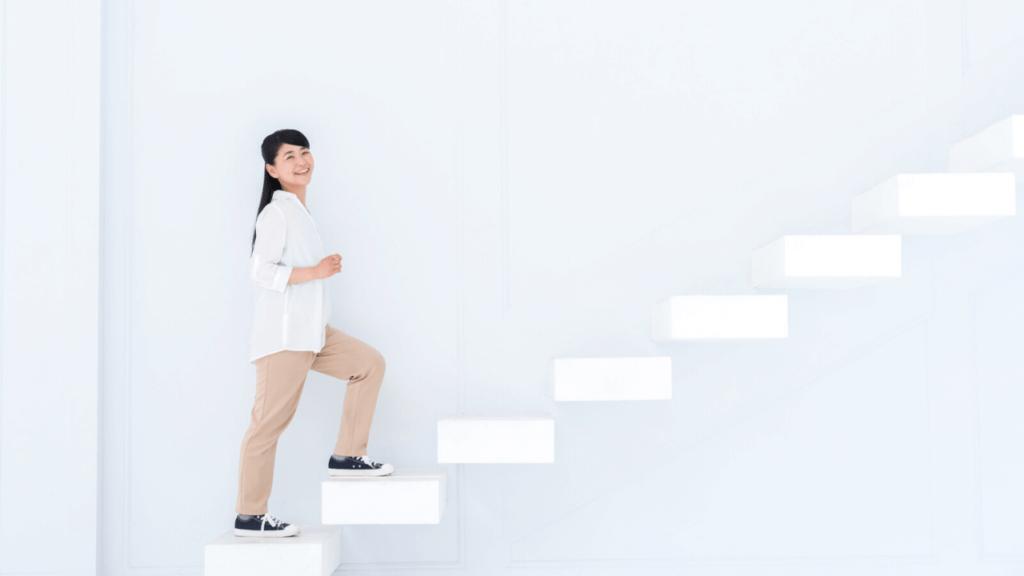 一歩ずつ階段を上がる女性