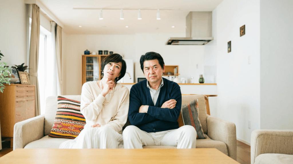 年金について考える初老の夫婦