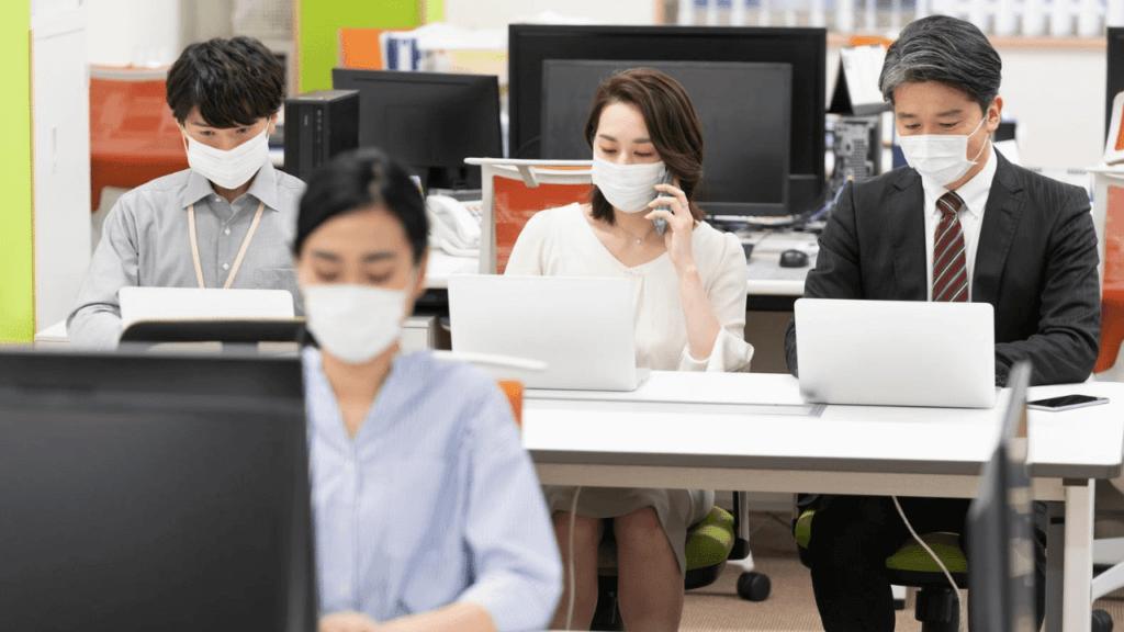 コロナ感染防止のためマスク姿で仕事をする人たち