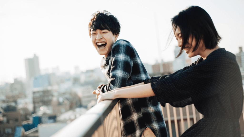 笑顔の若い男女