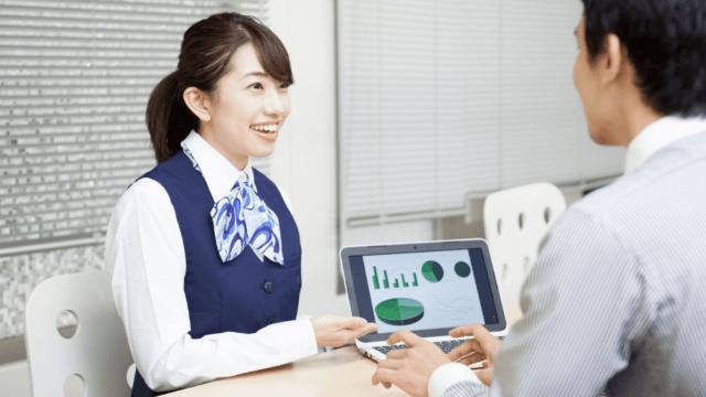 投資信託の説明をする女性スタッフ