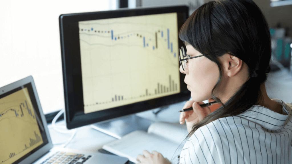 チャートを見て投資する女性