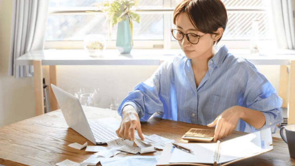 リボ払いを計算する女性