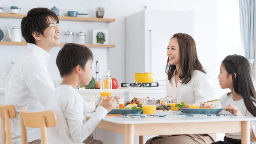 食卓を囲む笑顔の家族