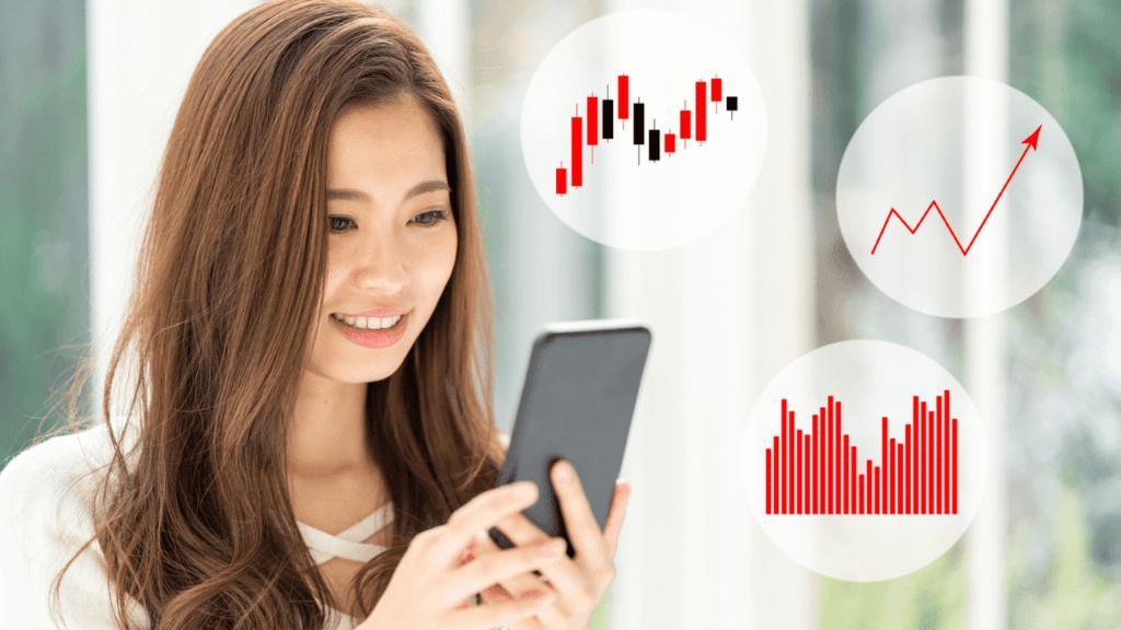 スマートフォンで株をする女性